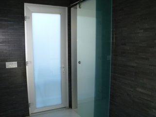 Какую дверь выбрать для ванной комнаты?