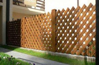Выбираем забор для участка: профнастил или дерево?