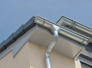 Водостоки из оцинкованной стали: универсальные изделия для отвода воды
