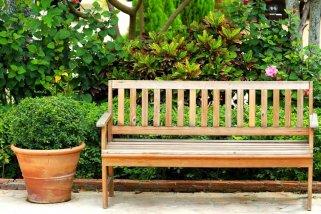 Деревянные скамейки в ландшафтной дизайне загородного участка